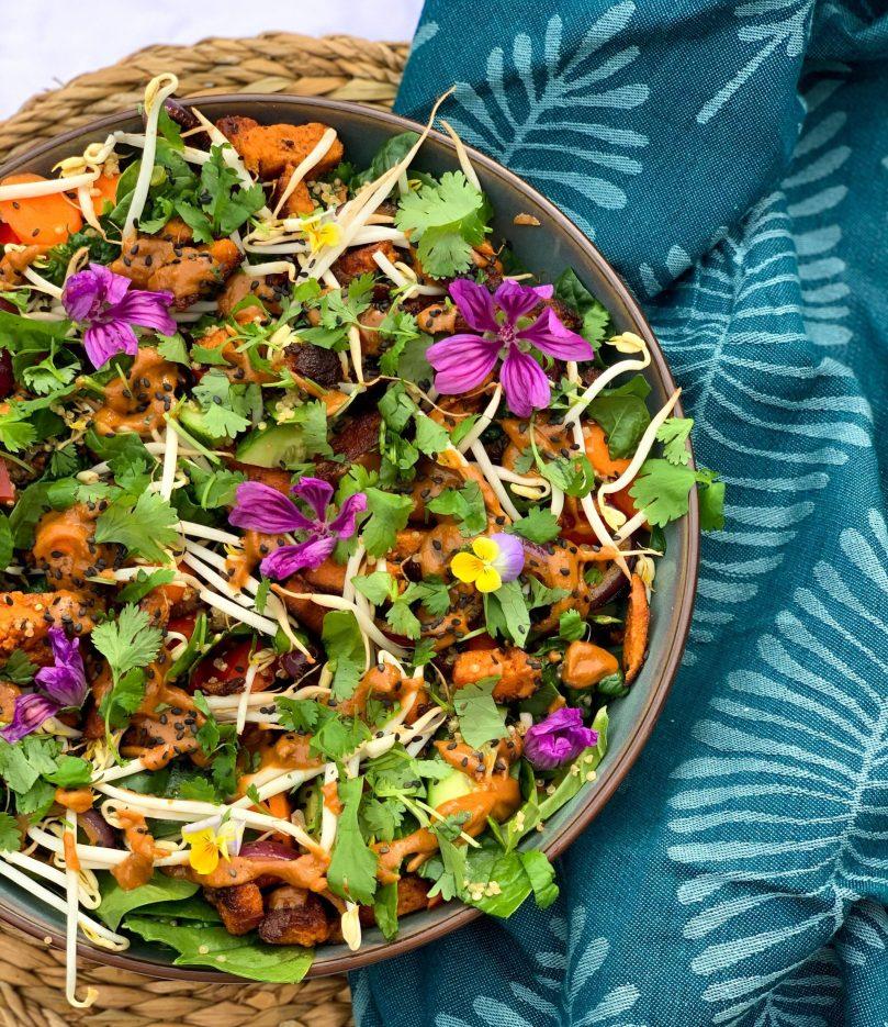 quinoa salade met 5 soorten groenten en homemade satésaus