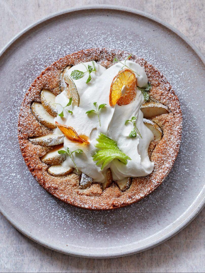 Vegan appeltaart met plantaardige slagroom