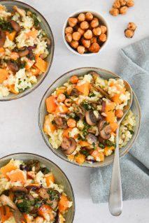Vegan pompoenrisotto met gebakken paddenstoelen, rode ui en geroosterde hazelnoten - staand - optie A