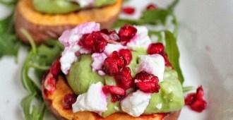 zoete aardappel toastjes met avocado crème, geitenkaas en granaatappel