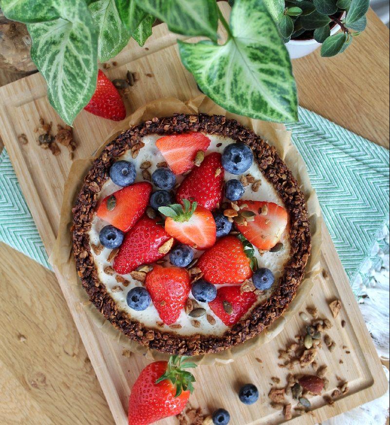 Zomerfruit cheesecake met krokante noten en zaden bodem