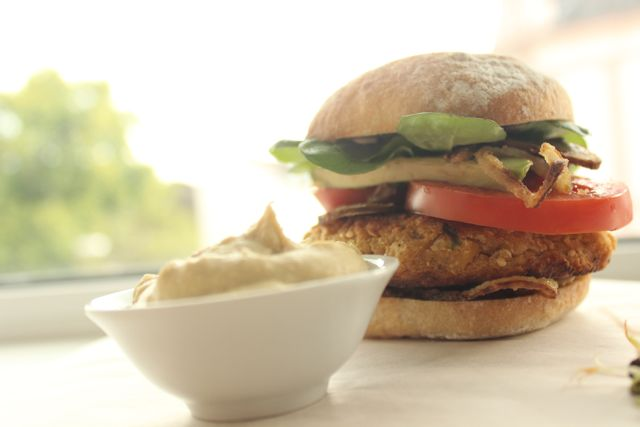 Falafel-Burger and hummus- vegan and glutenfree - www.healthyhappysteffi.com