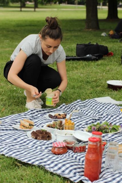 vegan & nachhaltig picknicken - Vorbereitungen im Park -  www.healthyhappysteffi.com