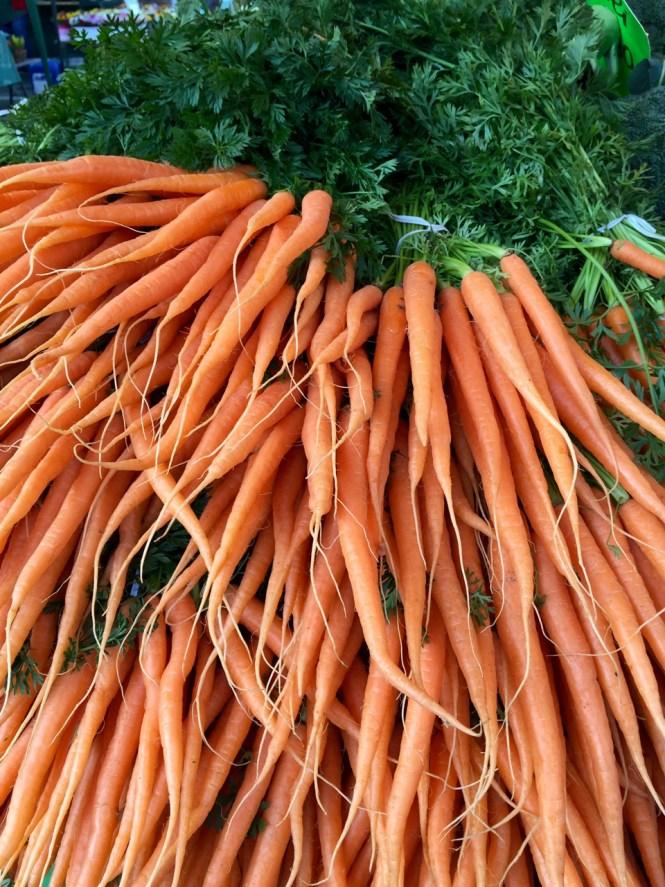Einkaufen auf dem Markt_Karotten