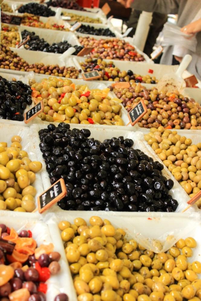 Einkaufen auf dem Markt_Oliven