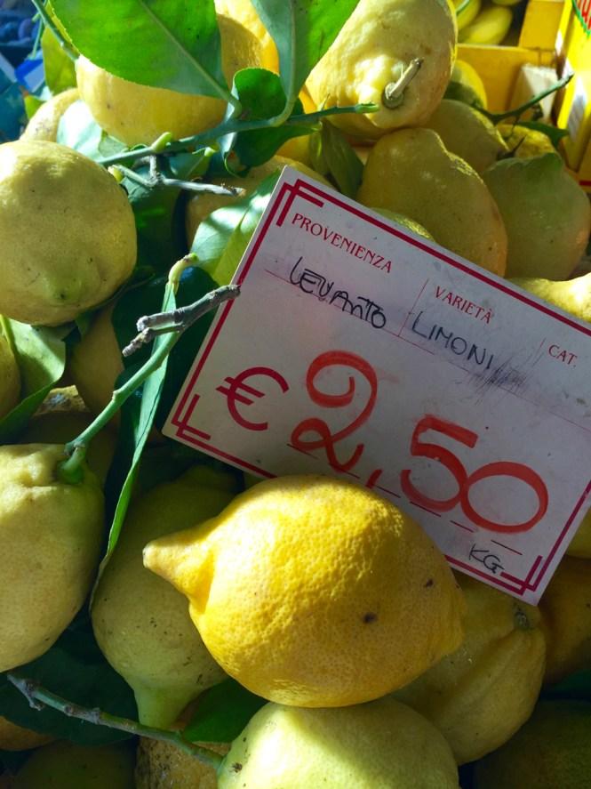 Einkaufen auf dem Markt_Zitronen