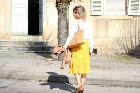 pièce-jaune-jaune-vêtement-jaune-robe-jaune-porter-du-jaune-la-couleur-jaune-mode--7