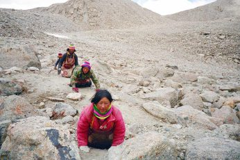 Mt Kailash: Hikers crwaling