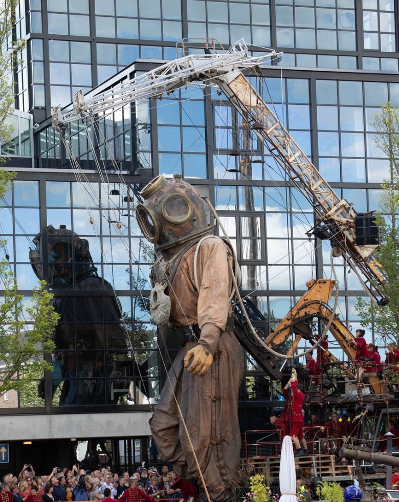 Display of 'Giant Diver' by Royal De Luxe in Leeuwarden