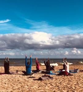 cours de yoga sur yoga la plage Houglate Ayurveda