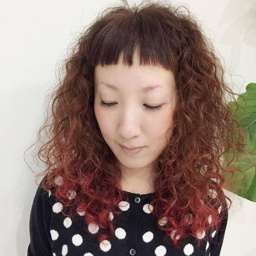 今年の冬は、パーマな気分♡ハードウェーブで差をつける!さすがオシャレリーダーのashikoちゃんトレードマークの赤は外さない!実はスタイリングが超〜〜楽なハードウェーブ!アレンジしても可愛いよ️ #パーマ#ハードウェーブ#毛先カラー#red#前髪短い #hearty#高崎美容室 #担当akiko@akikokiakikoki