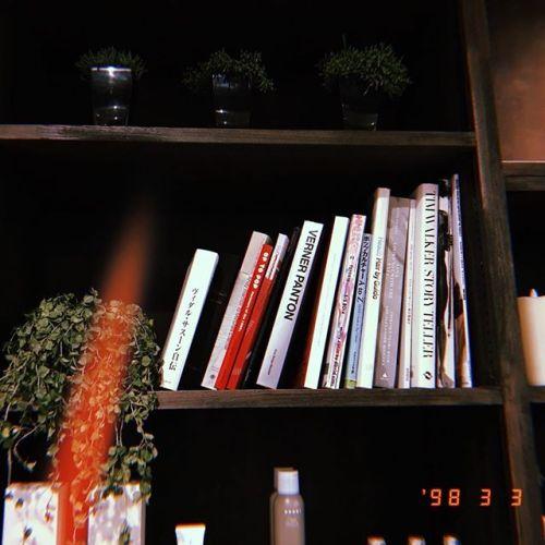heartyの本棚はミヤハラ&アキコの私物を置いてあります。マニアックなものから洋書や絶版の本などあるので気になる方はぜひ手に取って見て下さい。#hearty#本棚#洋書#絵本#洋書絵本