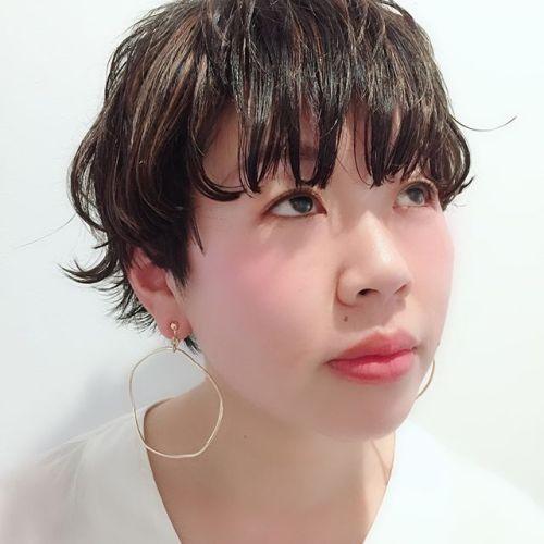 たくさんのハイライトで黒髪とのコントラストと動きを楽しむ大人可愛いショートヘア️えりあしを跳ねさせてゴキゲンに♪担当AKIKO#大人可愛い#大人ヘア#黒髪#ハイライト#ショートヘア #hearty#高崎美容室ハーティー @akikokiakikoki