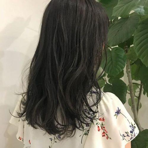 担当シオリ @shiori_tomii 透明感抜群のグレージュカラー最近インスタからのお客様が多くてうれしいです暗い透明感カラーぜひお任せ下さい♡素敵にします!#hearty#shiori_hair #グレージュ#ダークグレー#高崎美容室#高崎