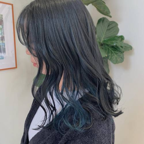 担当→コガワ @momokakogawa peacock blue🦚全体もインナーに合わせてブルーブラックにしました🖤#インナーカラー#ブルーヘア#インナーブルー#ブルーブラック#高崎美容室#群馬美容室