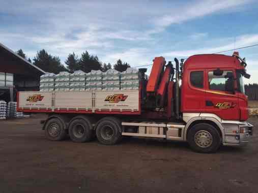 Lastbilen står lastad för utkörning av pellets