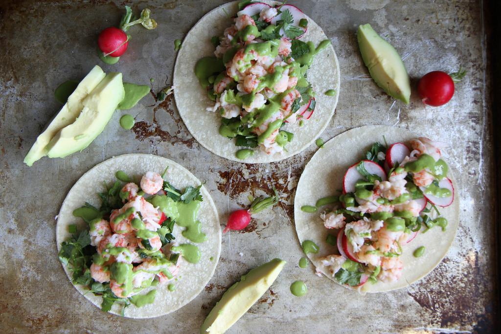 Tacos all'aragosta con salsa al coriandolo e cipolla verde