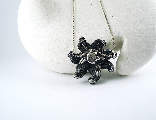mitsuro flower necklace back