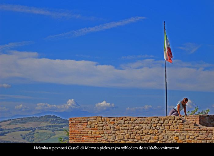 Helena Hejnová u pevnosti Castell di Mezzo