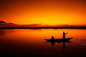ספינת דייגים בשקיעה