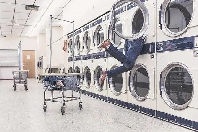 עושים כביסה במכבסה