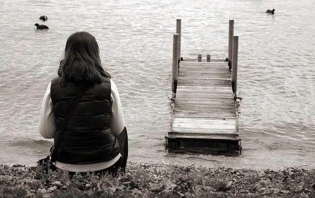אשה ממתינה