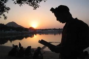 מניח תפילין בהודו