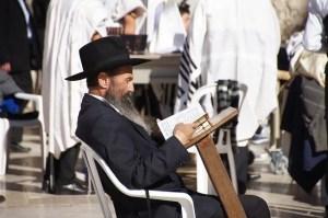 יהודי לומד תורה בירושלים