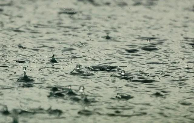 טיפות נופלות למים