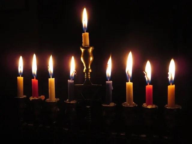 נרות חנוכה בחנוכיה לחנוכה