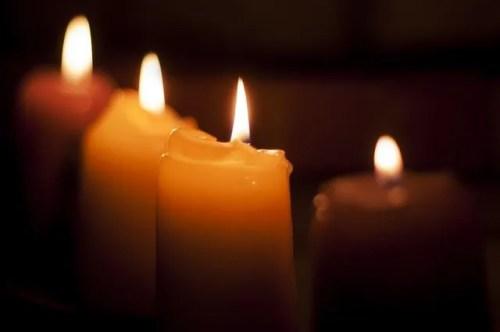 נרות שעווה דולקות