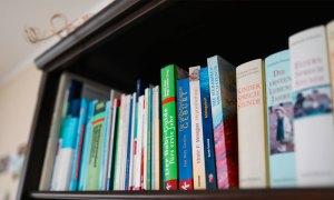 Bücherregal der Praxis