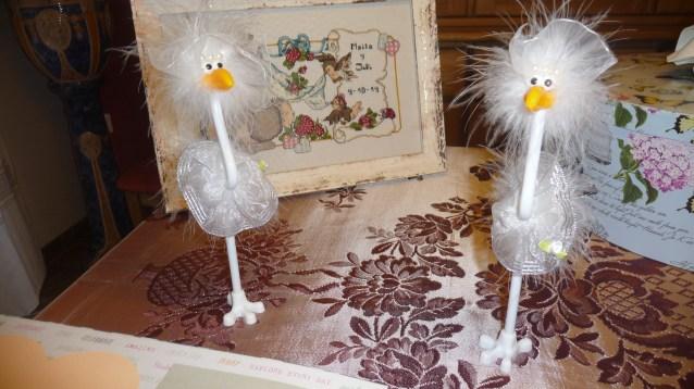 Estos originales pájaros son los bolígrafos para el libro de firmas.