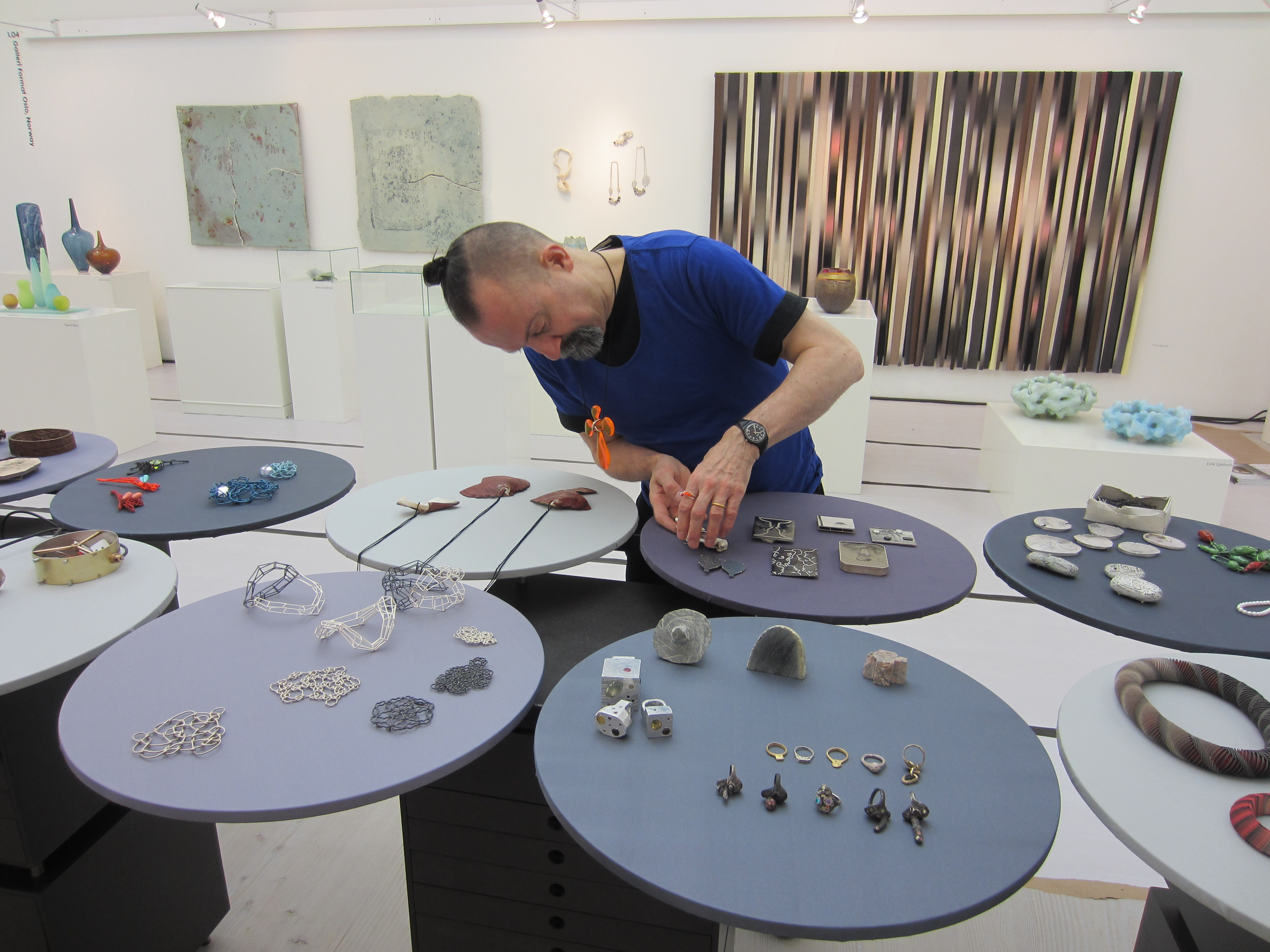 Paul Derrez richt een stand in op Collect, Londen, 2015, portret, beurs
