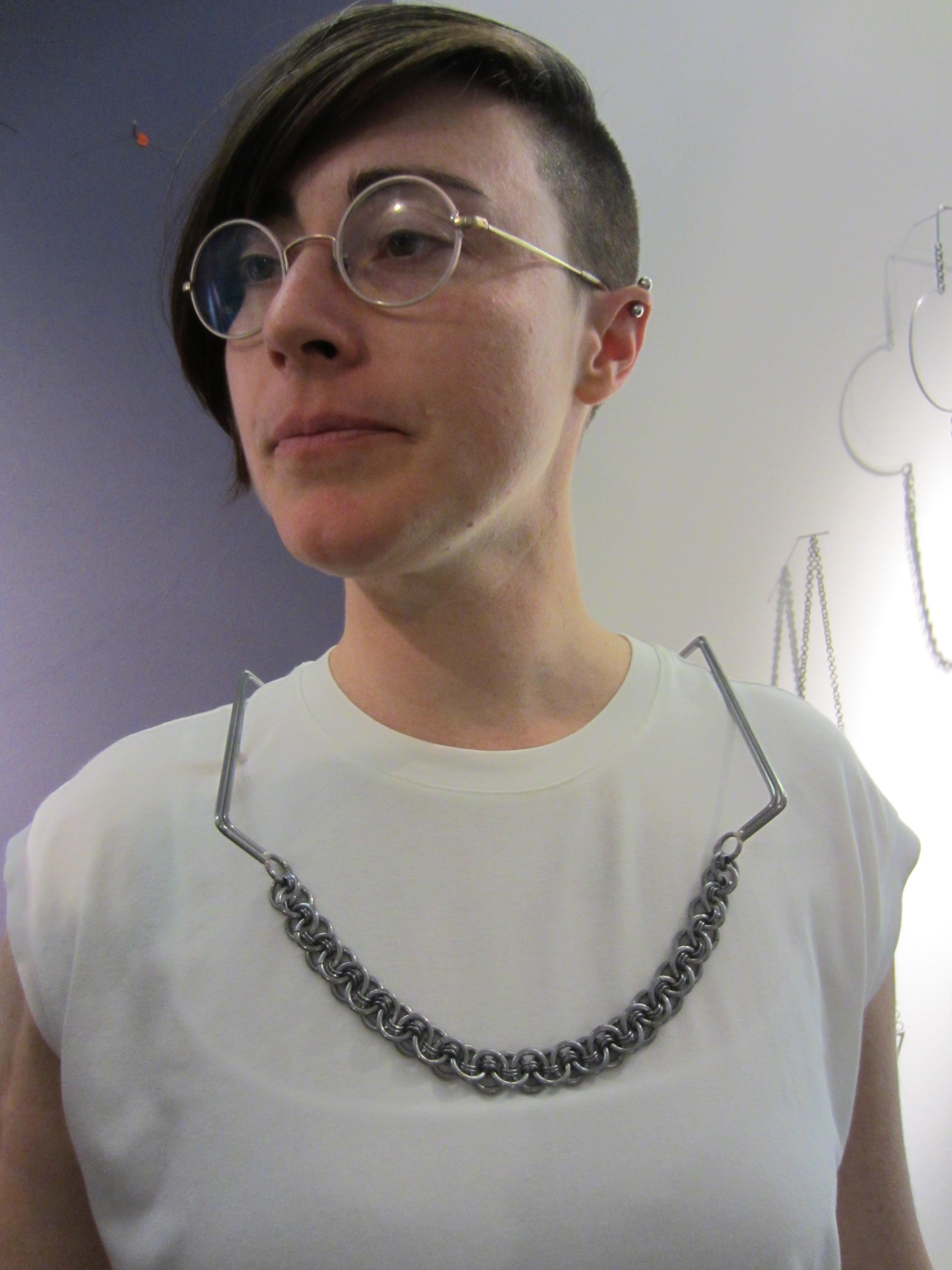 Rebekah Frank in Galerie Ra, 2014, portret met halssieraad
