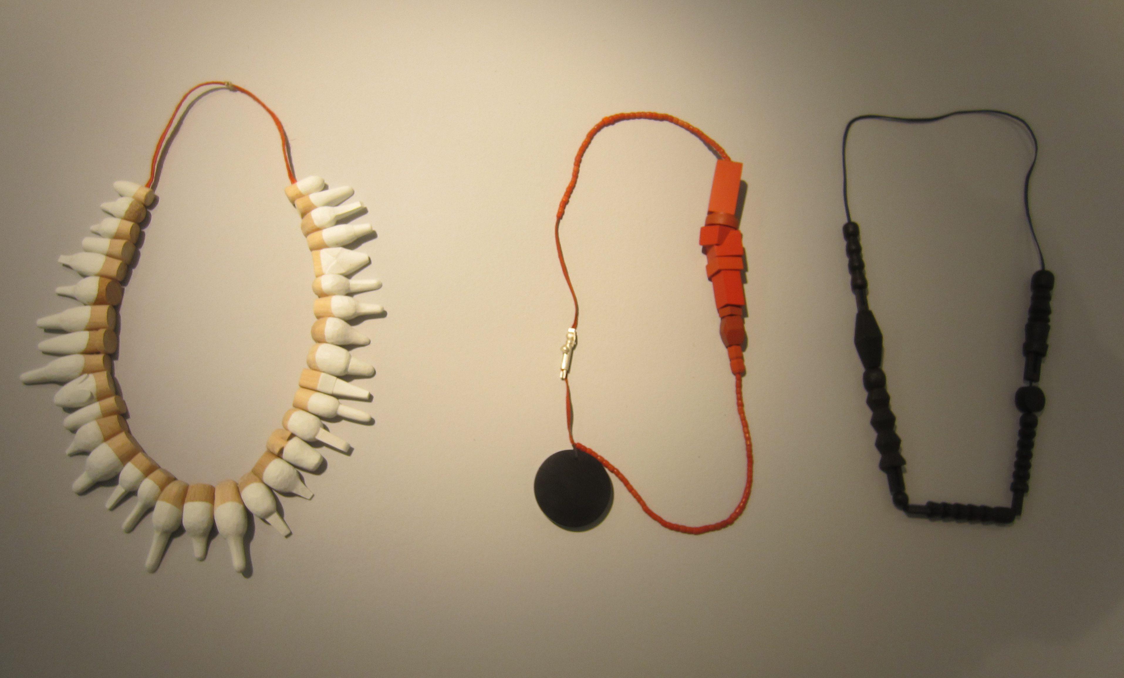 Karin Herwegh, halssieraden, hout, textiel, verf