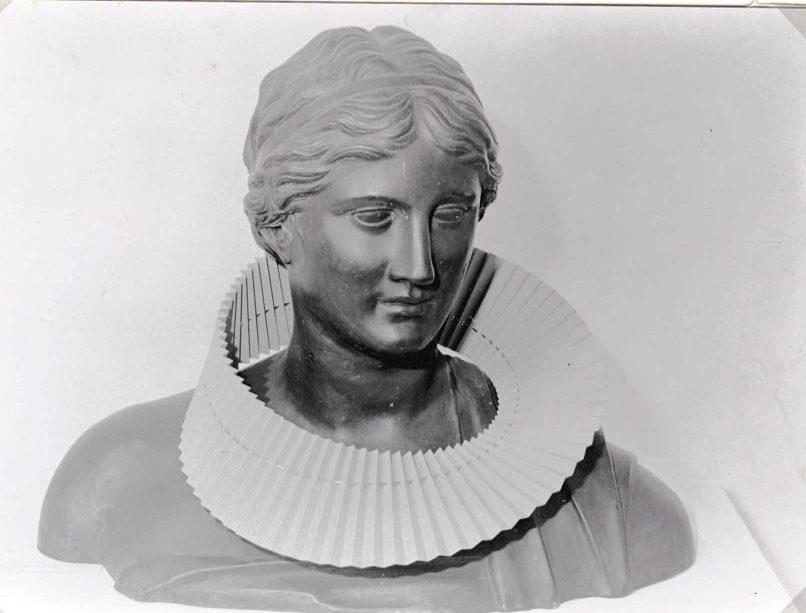 Paul Derrez, halssieraad, Visies op sieraden, Stedelijk Museum, 1982, gipsafgietsel, foto Liesbeth den Besten