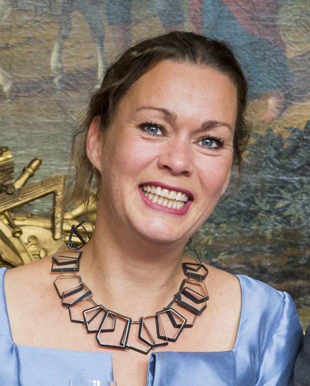 Esther Doornbusch draagt halssieraad Birgit Hagman, 2015., foto René den Engelsman, gezwart zilver, portret