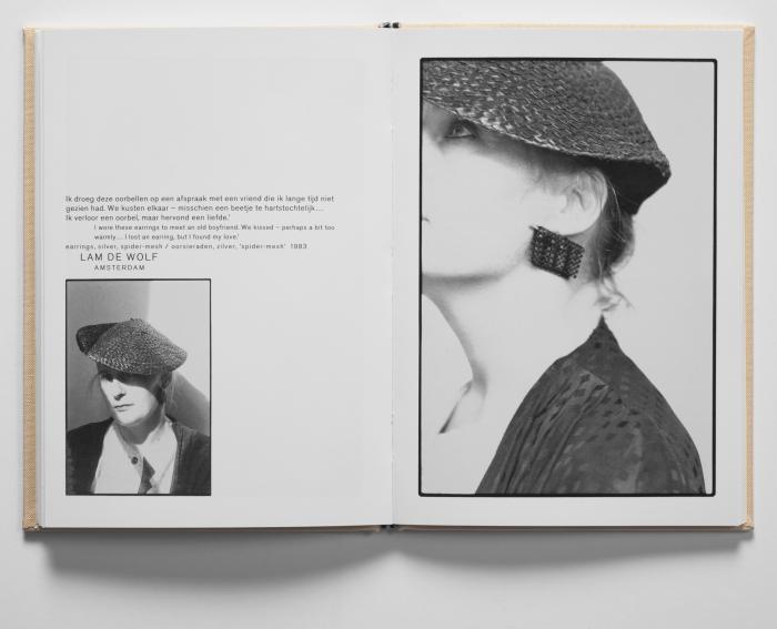 Lam de Wolf met oorsieraad van Hans Appenzeller, 1989. Foto Willem Diepraam, portret, drukwerk, papier