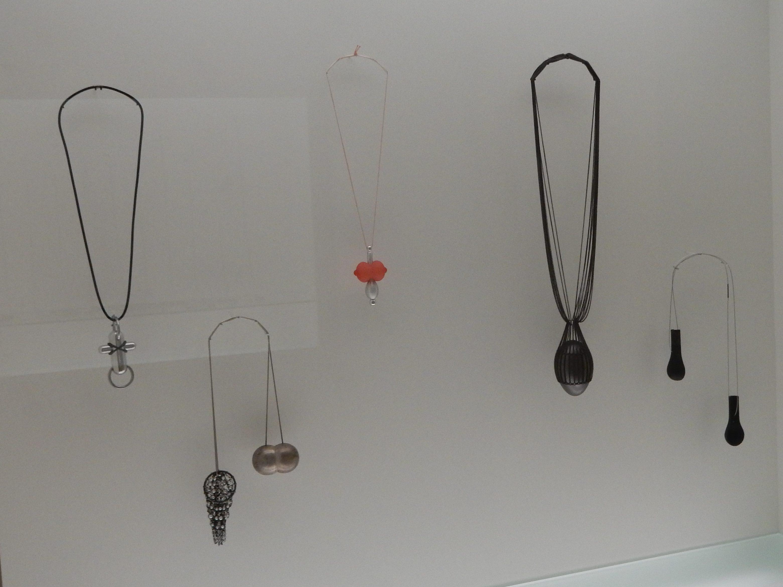 Paul Derrez (1, 3), Ruudt Peters (2, 4), en Tarja Tuupanen (5), Sieradenpaviljoen, Stedelijk Museum Amsterdam, 2016, vitrine, vaste opstelling