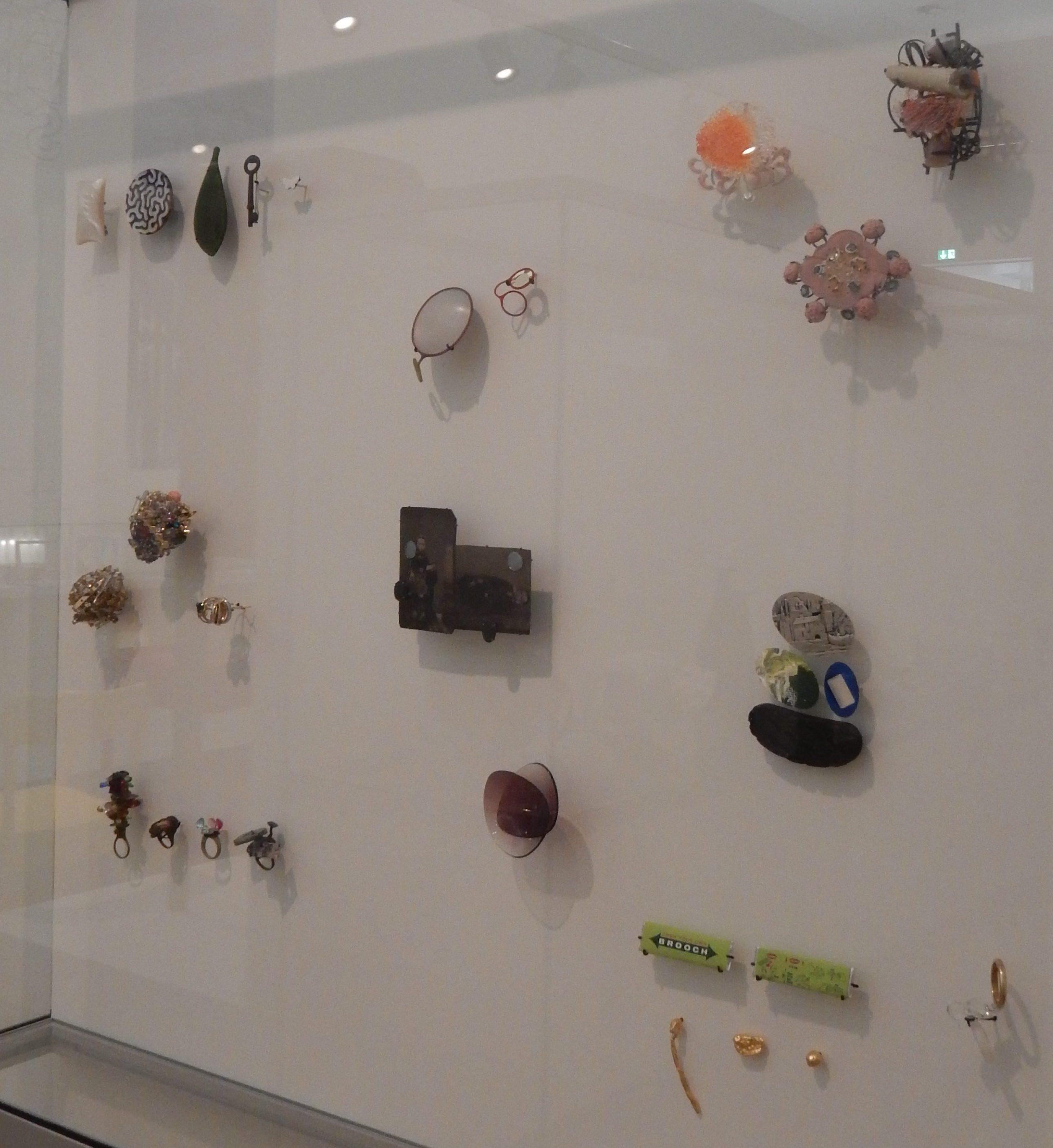 Vitrine in het Stedelijk Museum Amsterdam met sieraden in bruikleen van de Stichting Françoise van den Bosch, 2016, broches, ringen