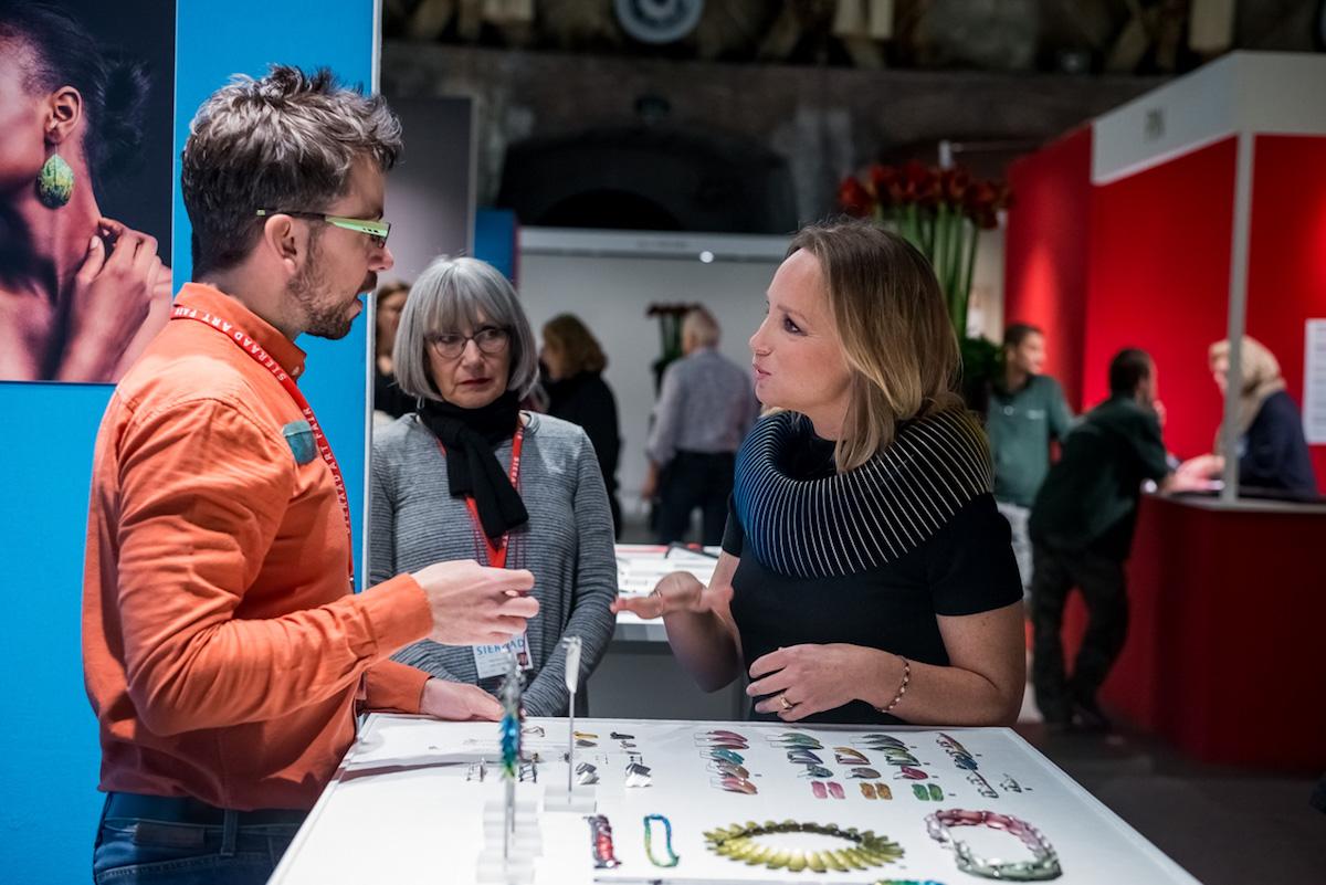 Prinses Margarita bij de stand van John Moore. Sieraad Art Fair tijdens de opening op 10 november 2016, foto Arjen Veldt, beurs, portret, Gashouder, Westergasfabriek, Amsterdam