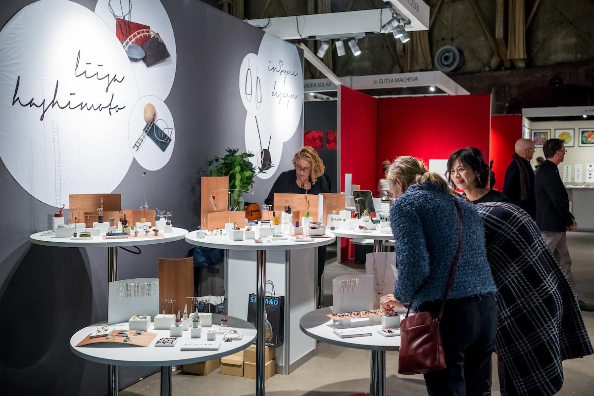 Sieraad Art Fair tijdens de opening op 10 november 2016, beurs, Gashouder, Westergasfabriek, Amsterdam, Liisa Hashimoto Arjen Veldt