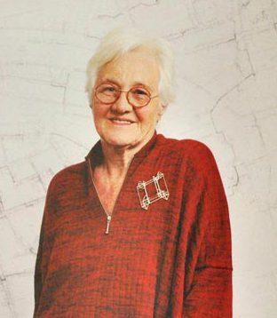Riet Neerincx draagt broche van Anton Cepka op een trui van Marta de Wit. Sieraden, de keuze van Arnhem, portret