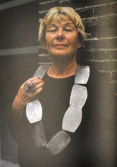 Threes Moolhuysen-Coenders draagt halssieraad van Dorothea Prühl en ring van Hans Stofer. Sieraden, de keuze van Schiedam, portret, metaal, glas
