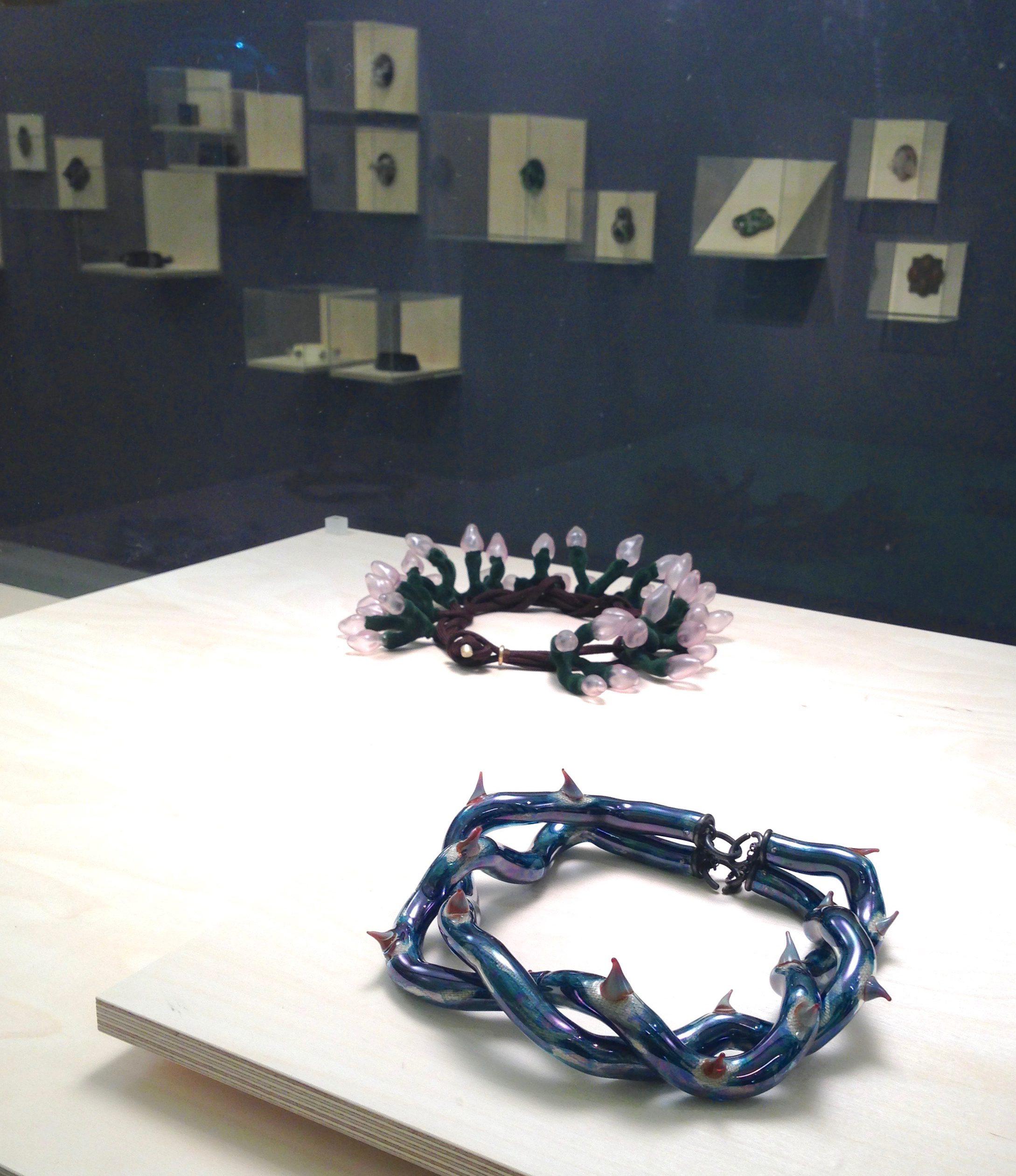 Evert Nijland, Vernieuwd verleden, CODA, 2016, halssieraden, tentoonstelling, vitrines