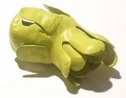 Ineke Heerkens, Lelie, broche, 2004, kunststof, metaal