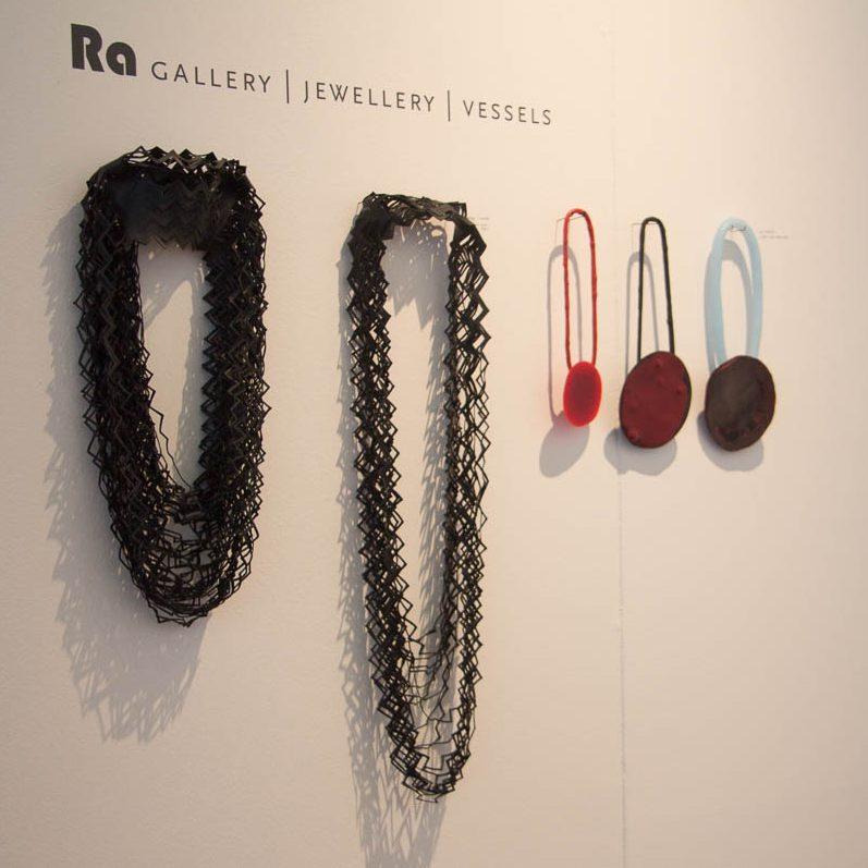 Thea Tolsma, Ela Bauer, halssieraden op een presentatie van Galerie Ra, 27 mei 2015, kunststof
