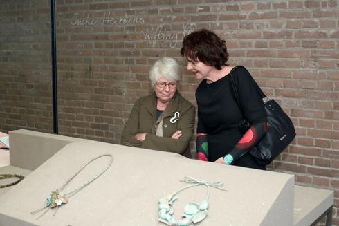 Nel Linssen (links) in Galerie Marzee, tentoonstelling Ineke Heerkens