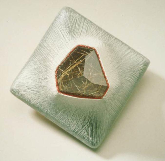 Beppe Kessler, Rutil crystal brooch, broche, canvas, steen, verf, metaal